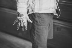 Τέχνες και handprint χρωματίζοντας παιδιά έννοιας που παίζουν - ευτυχές παιχνίδι Χέρι και δάχτυλα παιδιών που χρωματίζονται με τα Στοκ φωτογραφία με δικαίωμα ελεύθερης χρήσης
