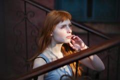 Τέχνης πορτρέτου νέο redhead καυκάσιο υπαίθριο πορτρέτο προσώπου γυναικών σοβαρό Στοκ φωτογραφία με δικαίωμα ελεύθερης χρήσης