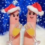 Τέχνη δάχτυλων ενός ευτυχούς ζεύγους Ζεύγος που κάνει την καλή ευθυμία γυαλιά δύο σαμπάνιας Στοκ Εικόνα