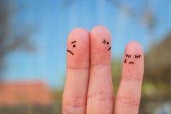 Τέχνη δάχτυλων του ζεύγους μετά από ένα επιχείρημα που κοιτάζει στις διαφορετικές κατευθύνσεις Ιδέα της οικογένειας κατά τη διάρκ στοκ εικόνα με δικαίωμα ελεύθερης χρήσης