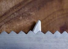 Τέχνη έννοιας που χρησιμοποιεί το μαχαίρι που παρουσιάζει καρχαρία πέρα από τα κύματα στοκ φωτογραφίες με δικαίωμα ελεύθερης χρήσης