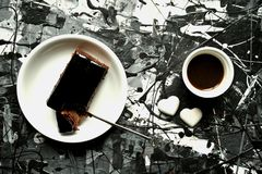 Τέχνη και τρόφιμα: πρόγευμα με το κέικ καφέ και σοκολάτας Στοκ Φωτογραφία