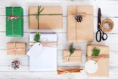 Τέχνη και χειροποίητη διακόσμηση κιβωτίων δώρων χριστουγεννιάτικου δώρου αγροτικής και στο λευκό ξύλινο πίνακα Στοκ φωτογραφία με δικαίωμα ελεύθερης χρήσης