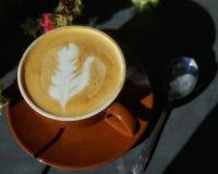 Τέχνη καφέ στο κάλυμμα latte Καφετιά φλυτζάνι και πιατάκι με το κουτάλι στοκ φωτογραφία με δικαίωμα ελεύθερης χρήσης