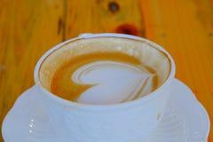 Τέχνη καφέ latte στο ξύλινο επιτραπέζιο φλυτζάνι Στοκ Φωτογραφία
