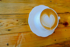 Τέχνη καφέ latte στο ξύλινο επιτραπέζιο φλυτζάνι Στοκ Εικόνα