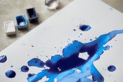 Τέχνη λεκέδων μπλε μελανιού, οι ιδιότητες για τον καλλιτέχνη Στοκ εικόνα με δικαίωμα ελεύθερης χρήσης