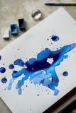 Τέχνη λεκέδων μπλε μελανιού, οι ιδιότητες για τον καλλιτέχνη Στοκ φωτογραφίες με δικαίωμα ελεύθερης χρήσης