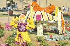 Τέχνη λουλουδιών - κάρρο με το άγαλμα αγοριών στοκ εικόνα με δικαίωμα ελεύθερης χρήσης