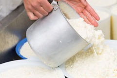 Τέχνη που κατασκευάζει το τυρί Στοκ φωτογραφία με δικαίωμα ελεύθερης χρήσης