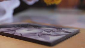 Τέχνη σοκολάτας Κινηματογράφηση σε πρώτο πλάνο της τέμνουσας εικόνας στη χειροποίητη σοκολάτα απόθεμα βίντεο