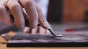 Τέχνη σοκολάτας Κινηματογράφηση σε πρώτο πλάνο της τέμνουσας εικόνας στη χειροποίητη σοκολάτα φιλμ μικρού μήκους