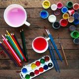 Τέχνη της ζωγραφικής Κάδοι χρωμάτων στο ξύλινο υπόβαθρο Διαφορετικά χρώματα χρωμάτων που χρωματίζουν στο ξύλινο υπόβαθρο Σύνολο ζ Στοκ Φωτογραφίες