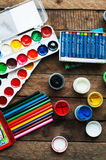 Τέχνη της ζωγραφικής Κάδοι χρωμάτων στο ξύλινο υπόβαθρο Διαφορετικά χρώματα χρωμάτων που χρωματίζουν στο ξύλινο υπόβαθρο Σύνολο ζ Στοκ φωτογραφίες με δικαίωμα ελεύθερης χρήσης