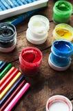 Τέχνη της ζωγραφικής Κάδοι χρωμάτων στο ξύλινο υπόβαθρο Διαφορετικά χρώματα χρωμάτων που χρωματίζουν στο ξύλινο υπόβαθρο Σύνολο ζ Στοκ Εικόνα