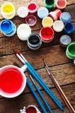 Τέχνη της ζωγραφικής Κάδοι χρωμάτων στο ξύλινο υπόβαθρο Διαφορετικά χρώματα χρωμάτων που χρωματίζουν στο ξύλινο υπόβαθρο Σύνολο ζ Στοκ φωτογραφία με δικαίωμα ελεύθερης χρήσης