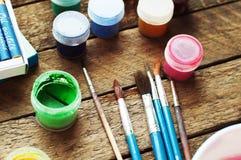 Τέχνη της ζωγραφικής Κάδοι χρωμάτων στο ξύλινο υπόβαθρο Διαφορετικά χρώματα χρωμάτων που χρωματίζουν στο ξύλινο υπόβαθρο Σύνολο ζ Στοκ εικόνα με δικαίωμα ελεύθερης χρήσης