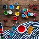 Τέχνη της ζωγραφικής Κάδοι χρωμάτων στο ξύλινο υπόβαθρο Στοκ Εικόνα