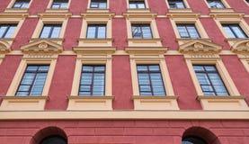 Τέχνη της ιστορικής πολυκατοικίας παραθύρων της παλαιάς πόλης Στοκ εικόνα με δικαίωμα ελεύθερης χρήσης