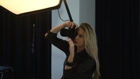 Τέχνη τρόπου ζωής φωτογράφων μόδας παρασκηνίων απόθεμα βίντεο