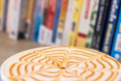 Τέχνη φλιτζανιών του καφέ latte στον ξύλινο πίνακα Στοκ Εικόνα