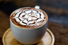 Τέχνη φλυτζανιών καφέ latte στο κατάστημα στοκ εικόνες