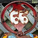 Τέχνη χάλυβα του αριθμού 66 σε έναν κύκλο που βρίσκεται Στοκ Εικόνες
