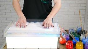 Τέχνη Ebry Καλλιτέχνης γυναικών που μεταφέρει την εικόνα ebru στο έγγραφο Τεχνική Ebru Αφηρημένο χρώμα σε χαρτί Ζωηρόχρωμα σημεία απόθεμα βίντεο