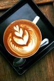 Τέχνη Latte στην ξύλινη άποψη επιτραπέζιων κορυφών Στοκ Εικόνα