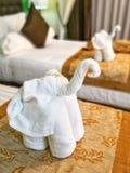 Τέχνη origami πετσετών λευκών ελεφάντων στοκ φωτογραφία με δικαίωμα ελεύθερης χρήσης