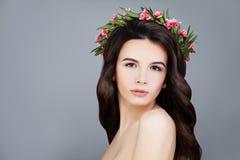 Τέλεια γυναίκα με κορώνα θερινών τη ρόδινη λουλουδιών ομπρέλα κοριτσιών κινούμενων σχεδίων brunette ομορφιάς Στοκ Εικόνα