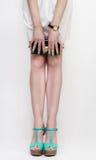 Τέλεια θηλυκά πόδια που φορούν τα υψηλά τακούνια Στοκ Εικόνα