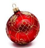 Τέλεια κόκκινη σφαίρα Χριστουγέννων που απομονώνεται Στοκ εικόνα με δικαίωμα ελεύθερης χρήσης