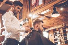 Τέλεια περιποίηση στο barbershop στοκ εικόνα με δικαίωμα ελεύθερης χρήσης