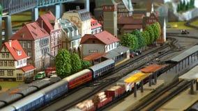 Τέλεια πρότυπα των παλαιών τραίνων ατμού και των σύγχρονων σταθμών ατμομηχανών diesel σιδηροδρομικών και απόθεμα βίντεο