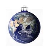 Τέλεια σφαίρα Χριστουγέννων στο άσπρο υπόβαθρο Στοκ Φωτογραφίες