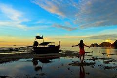 Τέλεια τροπική παραλία παραδείσου νησιών και παλαιά βάρκα Στοκ Εικόνες