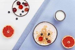 Τέλεια φρέσκο γεύμα πρωινού στο φωτεινό υπόβαθρο Στοκ Εικόνα