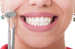 Τέλεια δόντια και εργαλεία οδοντιάτρων Στοκ Φωτογραφία