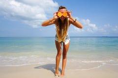 Τέλειες διακοπές formentera παραλιών νεολαίες γυν Νέο όμορφο αστείο πρότυπο πορτοκάλι εκμετάλλευσης στα μπροστινά μάτια με τη χαλ Στοκ φωτογραφία με δικαίωμα ελεύθερης χρήσης