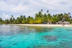 Τέλειο εγγενές καραϊβικό χωριό στο κρύσταλλο - σαφές νησί. SAN Blas, Παναμάς. Κεντρική Αμερική. Λατινική Αμερική. Στοκ φωτογραφία με δικαίωμα ελεύθερης χρήσης