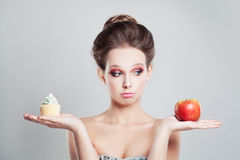Τέλειο κορίτσι με τα φρούτα και το πρόχειρο φαγητό της Apple Στοκ φωτογραφία με δικαίωμα ελεύθερης χρήσης