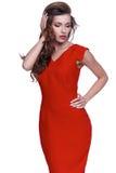 Τέλειο κόκκινο ένδυσης τρίχας brunette μορφής σωμάτων γυναικών ύφους μόδας Στοκ Εικόνες
