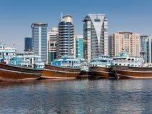 Τέλος προβλήτας Dhow Deira και σύγχρονα κτήρια στο Ντουμπάι Στοκ εικόνες με δικαίωμα ελεύθερης χρήσης