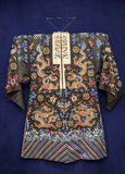 Τήβεννος από την Κίνα, νωρίς - 20ός αιώνας Μετάξι, χρυσό νήμα, κεντητική στοκ φωτογραφία
