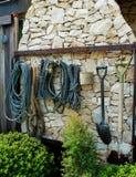 Τήβεννος και εργαλείο κηπουρικής στοκ φωτογραφία