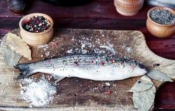 Τήξη ζωντανών ψαριών σε έναν πίνακα κουζινών Στοκ εικόνες με δικαίωμα ελεύθερης χρήσης