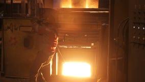 Τήξη του μετάλλου σε ένα χαλυβουργείο Εργοστάσιο για τους σωλήνες κατασκευής του μετάλλου απόθεμα βίντεο