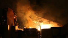 Τήξη του μετάλλου σε ένα χαλυβουργείο Υψηλής θερμοκρασίας στο λειώνοντας φούρνο Μεταλλουργική βιομηχανία φιλμ μικρού μήκους