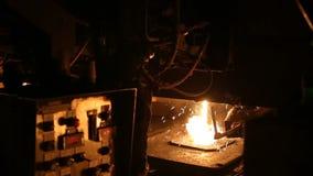 Τήξη του μετάλλου σε ένα χαλυβουργείο Υψηλής θερμοκρασίας στο λειώνοντας φούρνο Μεταλλουργική βιομηχανία απόθεμα βίντεο